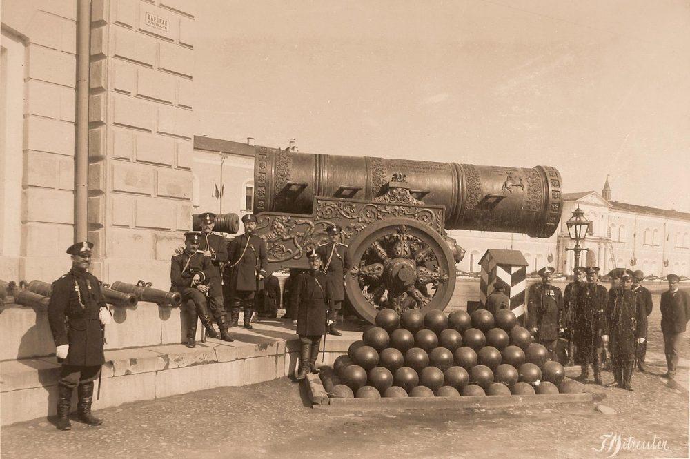 Группа военных чинов у Царь-пушки на Царской (Соборной) площади Кремля