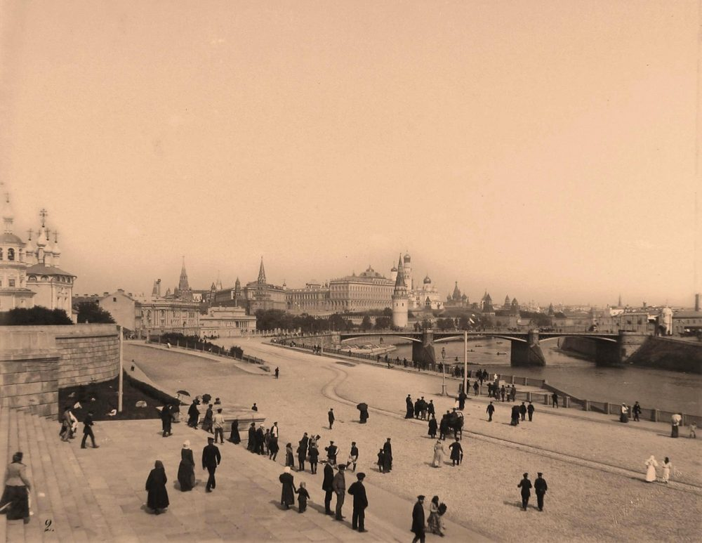 Вид на Кремль со стороны Замоскворечья; на первом плане - горожане на Софийской набережной Москвы-реки; в центре - Большой Каменный мост