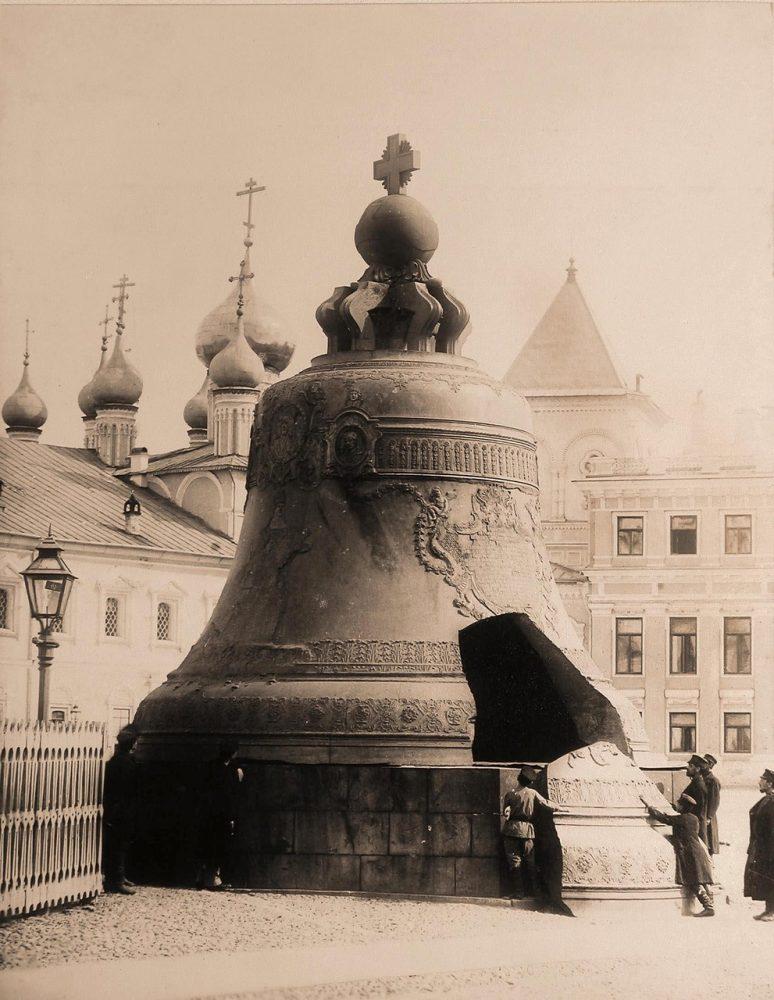 Группа горожан у Царь-колокола на Ивановской площади Кремля