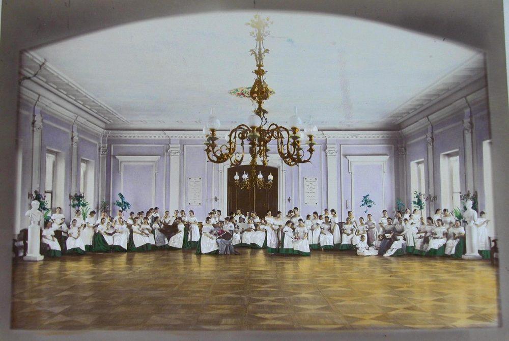 12. Воспитанницы Елизаветинского училища в актовом зале во время урока пения