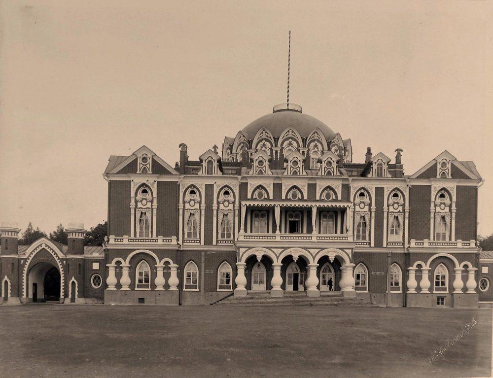 Вид фасада Петровского подъездного путевого дворца (выстроен архитектором М.Ф.Казаковым в 1775 -1783 гг. для императрицы Екатерины