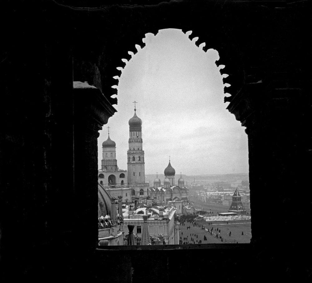 719. Вид с Кремлевской башни на колокольню «Иван Великий»