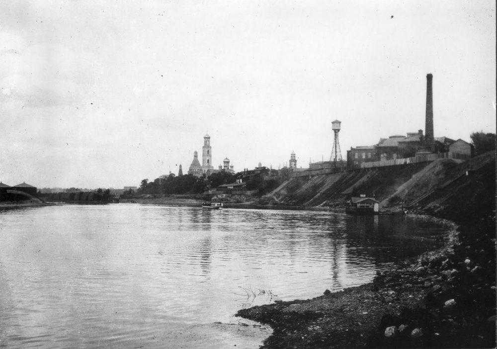 78. Москва-река, вид на Симонов монастырь и завод Бари.jpg