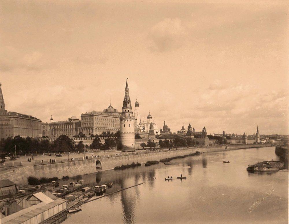 Вид на Кремль со стороны Москвы-реки; в центре -Водовзводная башня, за ней -Большой Кремлёвский дворец; слева - часть Боровицкой башни