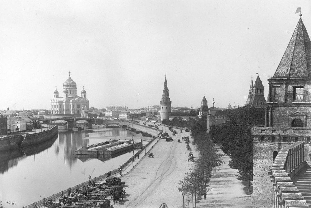 Кремлевская набережная Москва-реки