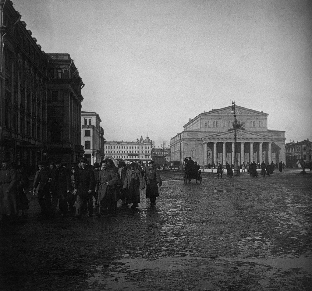 685. По Театральной площади конвоируют заключенных, 1900-1902