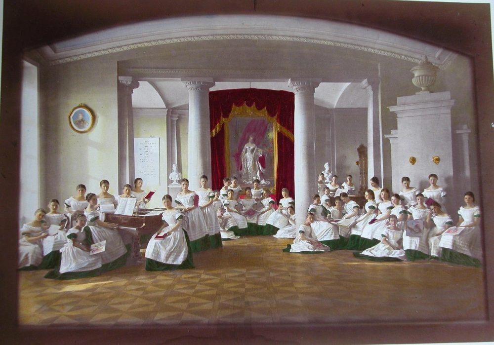 06. Воспитанницы Александровского училища перед началом урока пения в зале