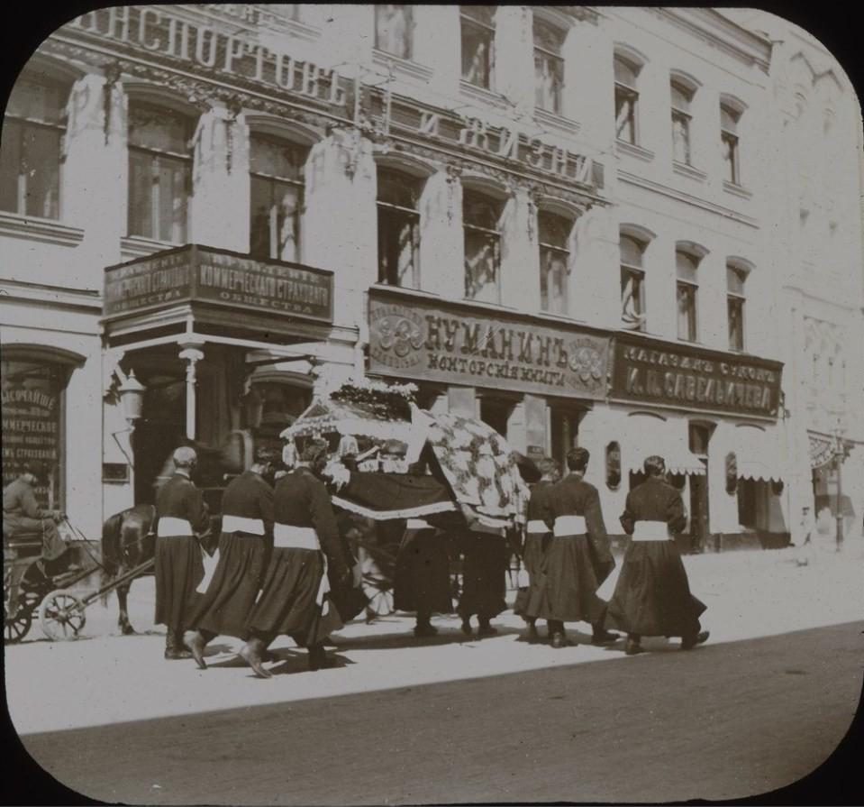 674. Похоронная процессия на Никольской улице