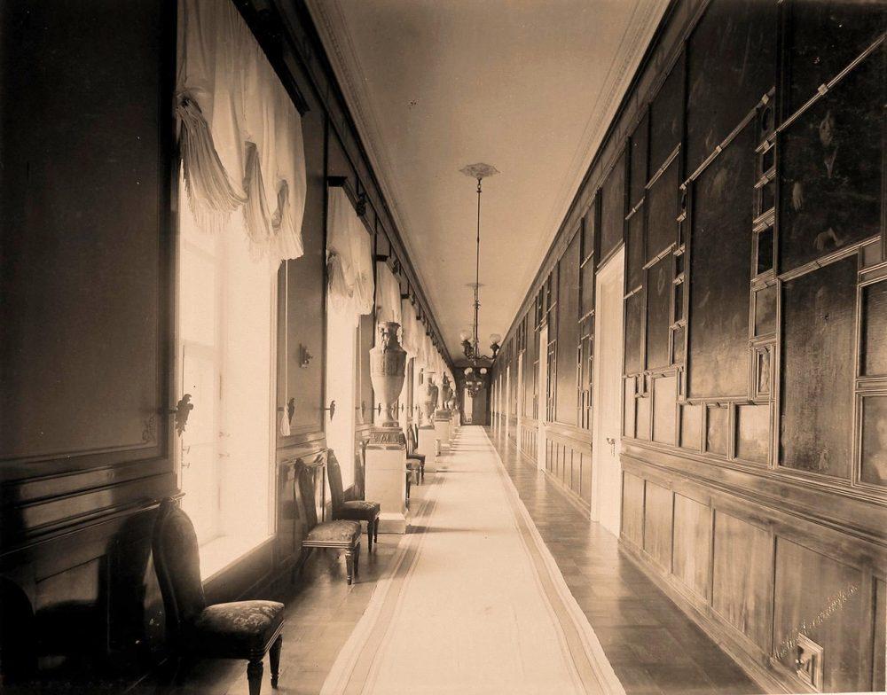 Интерьер картинной галереи в резиденции их высочеств в Большом Кремлёвском дворце