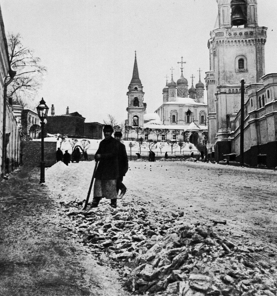 03. Уборка снега в Большом Ивановском переулке, 1898