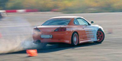Экстремальное вождение на спорткаре Nissan