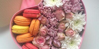 Коробки с цветами и макарунами, розы,  набор «Сердце» из цветов и клубники от компании Gentle Box со скидкой до 50%
